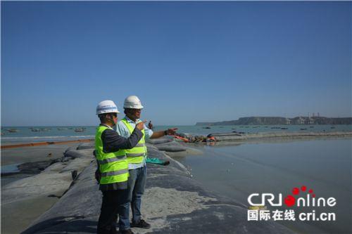 东湾快速路项目经理陈柳青和海上段施工负责人岳岩在海上段施工区指挥 刘畅摄