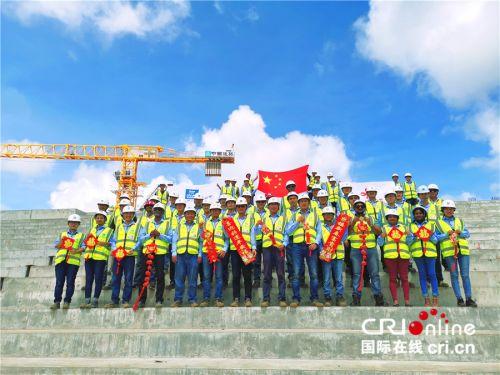 中国建筑股份有限公司毛里求斯综合体育中心项目员工向全国人民拜年。(中国建筑股份有限公司供图)