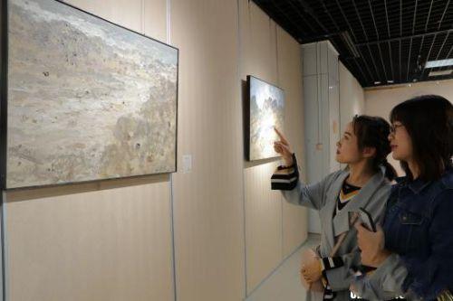 市民观赏油画。 杨迪 摄