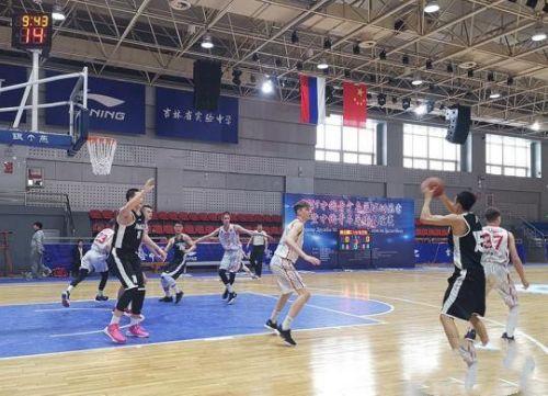 吉林省实验中学篮球队以75:52的比分赢得胜利 李明姝 摄
