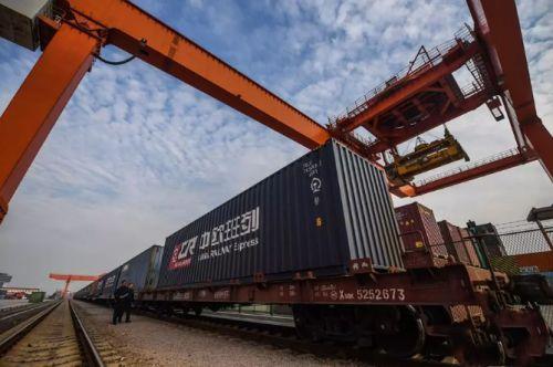 2017年11月8日,在浙江义乌西站,满载出口货物的中欧班列即将启程。新华社记者 徐昱 摄