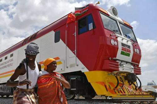 2017年1月11日,在肯尼亚蒙巴萨,当地民众在中国承制的蒙内铁路首批内燃机车旁载歌载舞。新华社记者孙瑞博摄