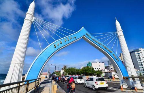 2018年10月2日,车辆从由中国援建、连接马尔代夫首都马累和机场岛的中马友谊大桥桥头拱门穿过。新华社发(杜才良 摄)