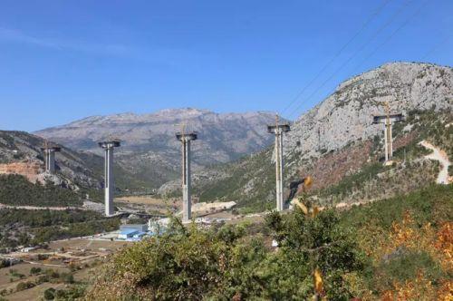 南北高速公路是黑山第一条高速公路,由中国公司承建。新华社记者 王慧娟 摄