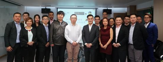 马来西亚众多企业加代表与北京中关村大街运营管理股份有限公司副总经理孟世强、国际协同合作海外负责人刘子煦合影留念