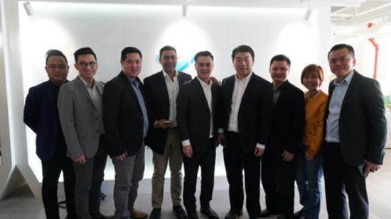启迪控股集团副总裁、北京中关村大街运营管理股份有限公司总经理杜朋先生与海外企业家亲切合影
